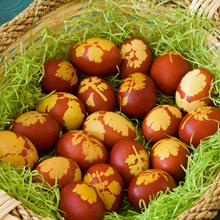 U susret Uskrsu~farbanje jaja Farbanje-jaja-cvetovi